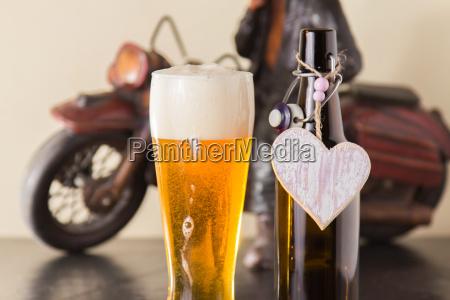 cerveza dorada enfriada en un vaso