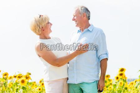 hombre mayor y una mujeruna parejaabrazar